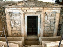 Vergina_Tomb_Entrance-2